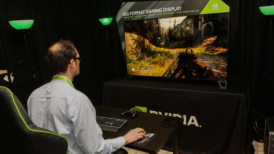 Мониторы, соперничающие с телевизорами модели с широкой диагональю - человек играет в игру
