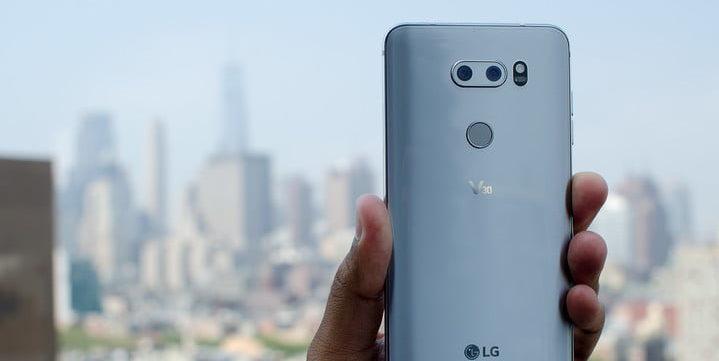 Ожидаемый смартфон LG V40 дата выхода и стоимость - смартфон в руке