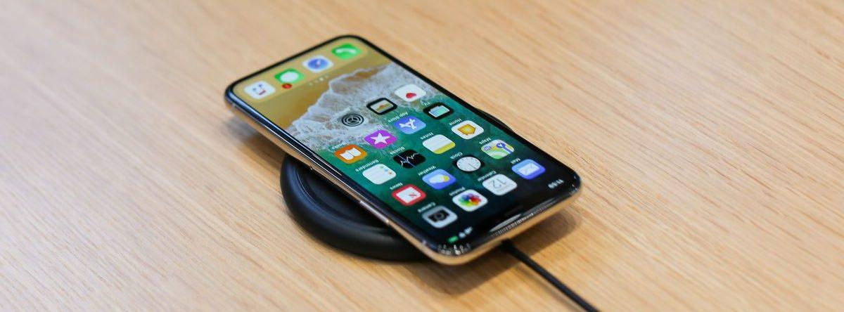 Сочность и яркость_смартфоны с лучшими экранами - Apple iPhone X на беспроводной зарядке