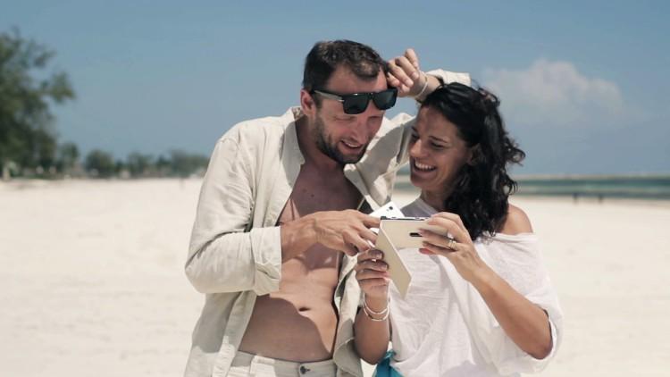 Сочность и яркость_смартфоны с лучшими экранами - смартфон на солнце