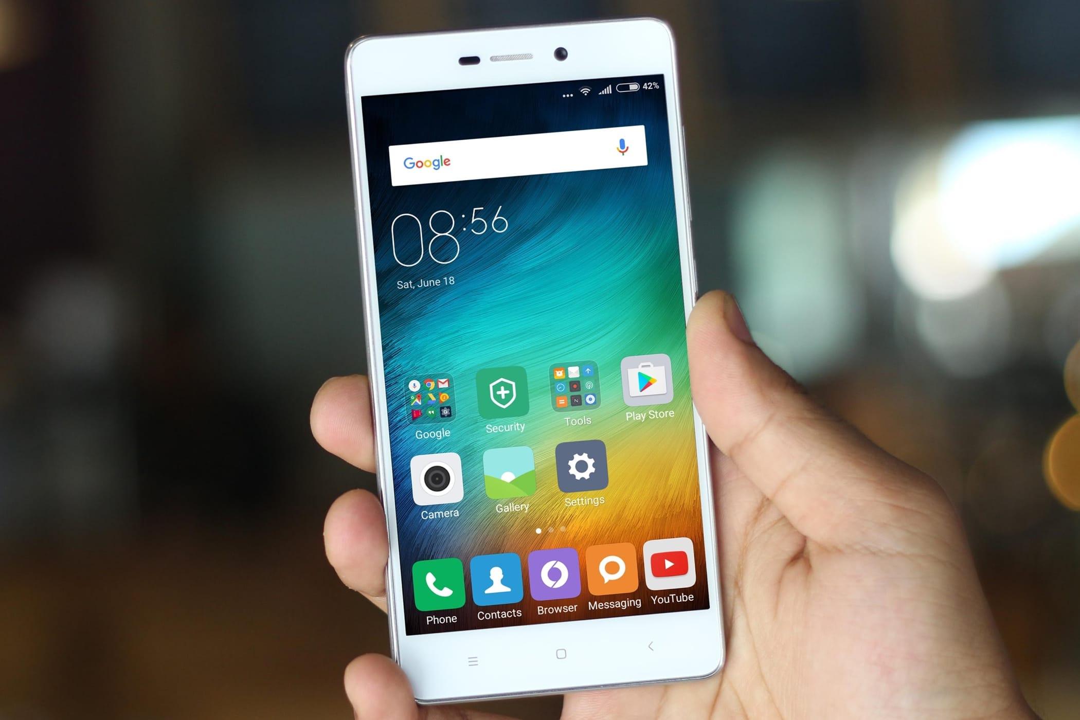 Сочность и яркость_смартфоны с лучшими экранами - смартфон сяоми в руках