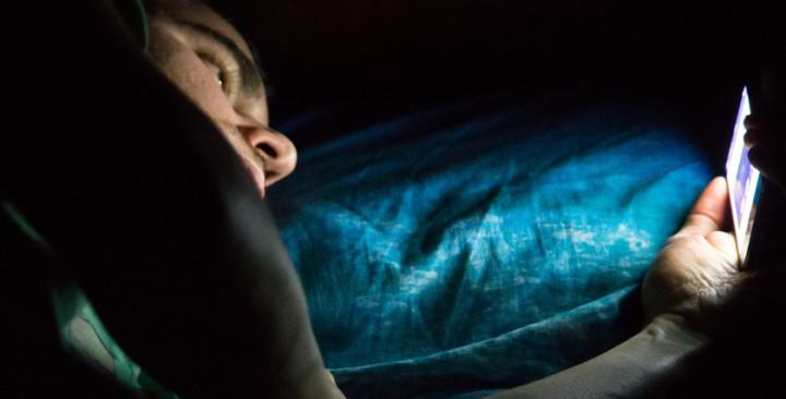 Сочность и яркость_смартфоны с лучшими экранами - смартфон в темноте