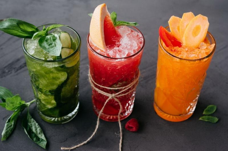 Витаминные лимонады-подача в высоких стаканах
