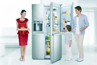 Семья возле холодильника