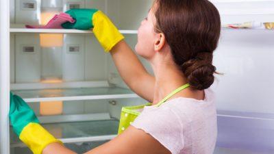 Девушка моет холодильник изнутри