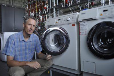 Мастер возле стиральных машин