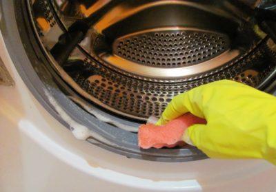 Рука в барабане стиральной машины