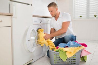 Чоловік збирається прати