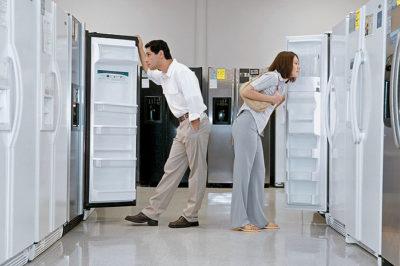 Муж и жена выбирают холодильник