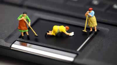 Маленькі чоловічки миють смартфон