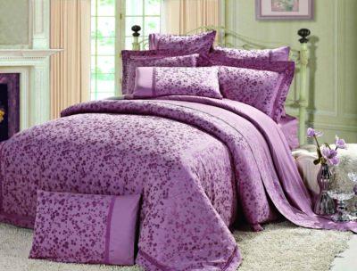Красивая постель с сиреневым постельным бельем