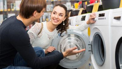 Девушка возле открытого люка стиральной машины