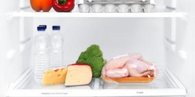 Курица, сыр, брокколи и бутылки с водой в холодильнике