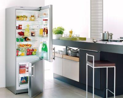 Білий холодильник на кухні