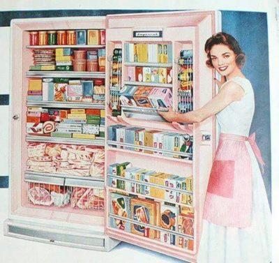 Картинка с дівчиною біля повного холодильника їжі, малюнок
