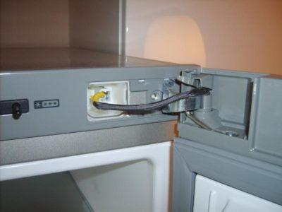 Провода на дверце холодильника с дисплеем