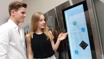 Парень и девушка возле холодильника с ЖК-дисплеем