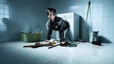 «Чоловік у формі поліцейського вилазить з пральної машини»