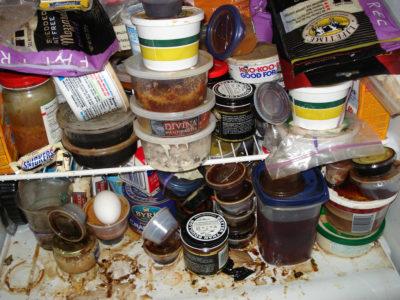 Гора неаккуратных баночек в холодильнике