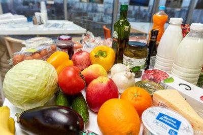 Разные продукты лежат на столе