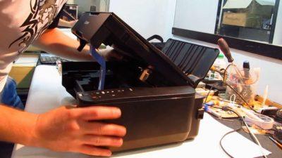 Полуоткрытый принтер и руки
