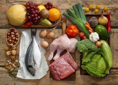 Мясо, овощи, фрукты, рыба, орехи на столе