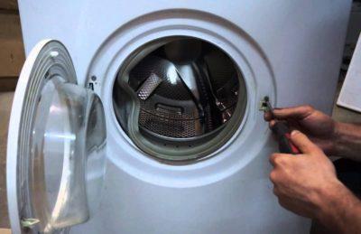 «Мастер ремонтирует крепление в стиральной машине»