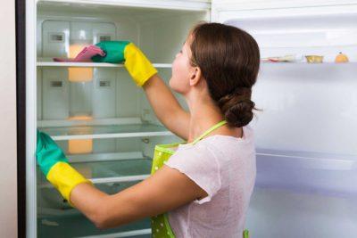 «Девушка моет холодильник »