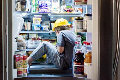 Мальчик ищет что-то в холодильнике