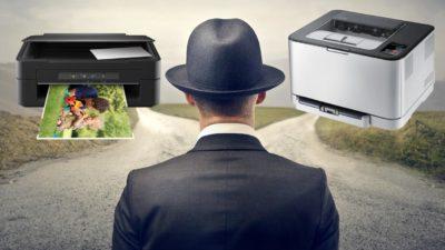 Чоловік думає над вибором принтера