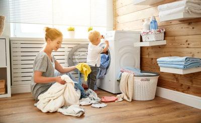 Мама и малыш разбирают белье
