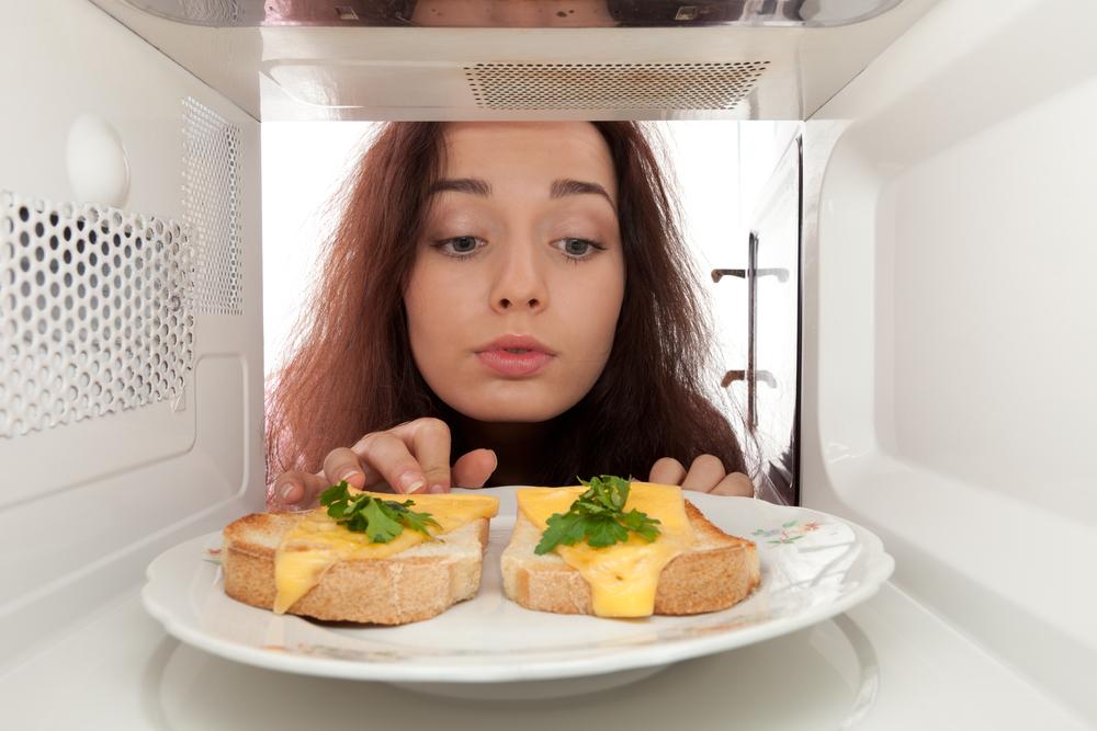 Как быстро легко вымыть микроволновку_бытовые лайфхаки - микроволновка с бутербродами