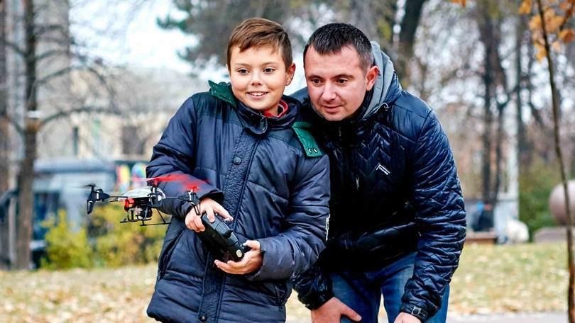 Квадрокоптер для ребенка_обзор лучших моделей - папа, сын и квадрокоптер