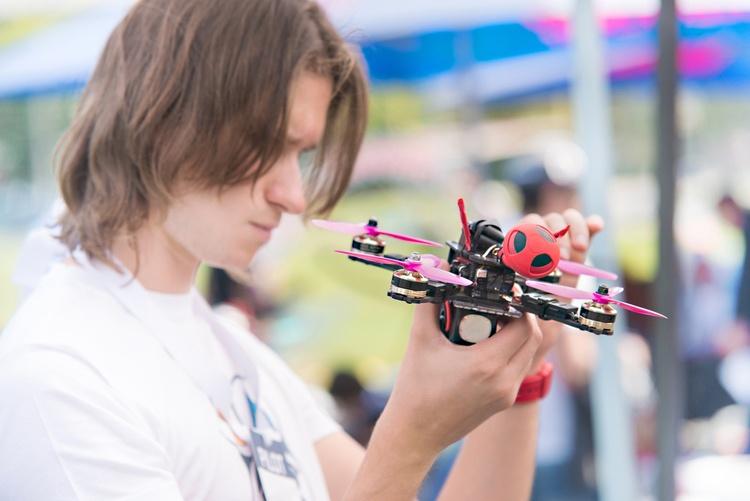 Квадрокоптер для ребенка_обзор лучших моделей - подросток с квадракоптером