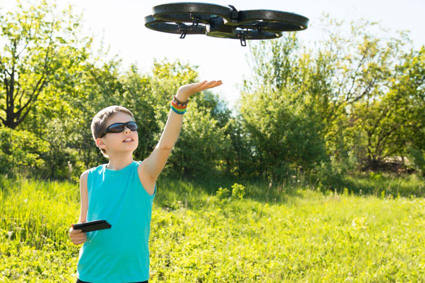 Квадрокоптер для ребенка_обзор лучших моделей - ребенок с квадрокоптером