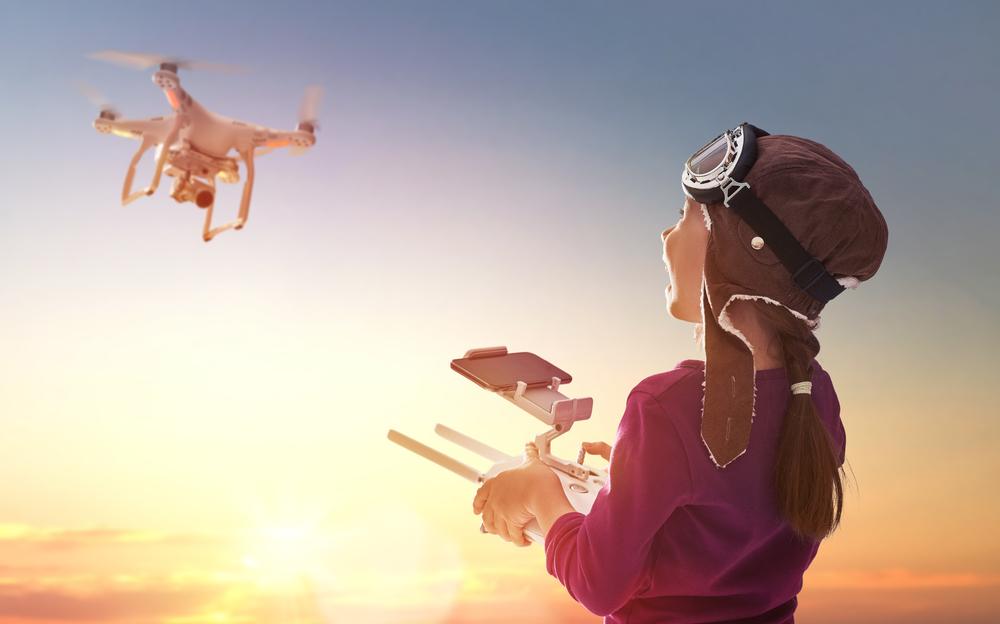 Квадрокоптер для ребенка_обзор лучших моделей - школьница с квадракоптером