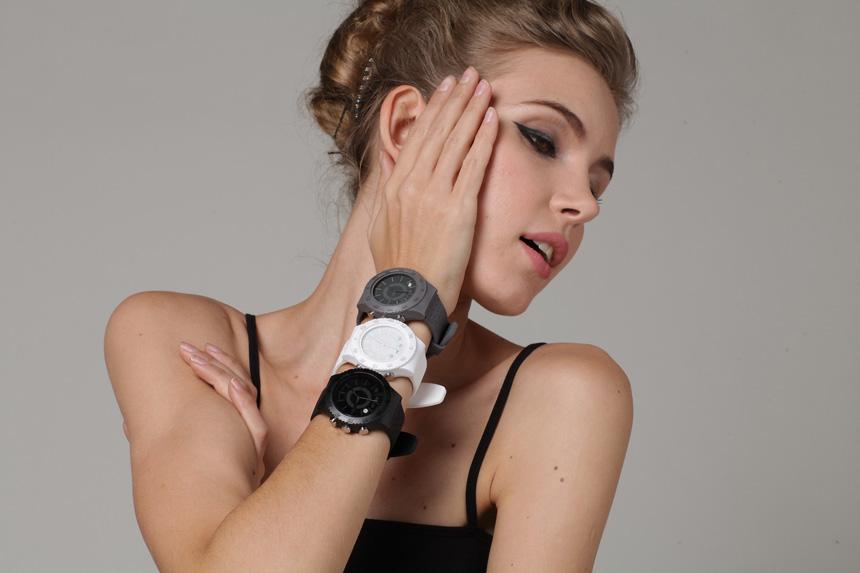 Лучшие smart watch для девушек_гайд по выбору самого стильного гаджета - девушка и трое часов