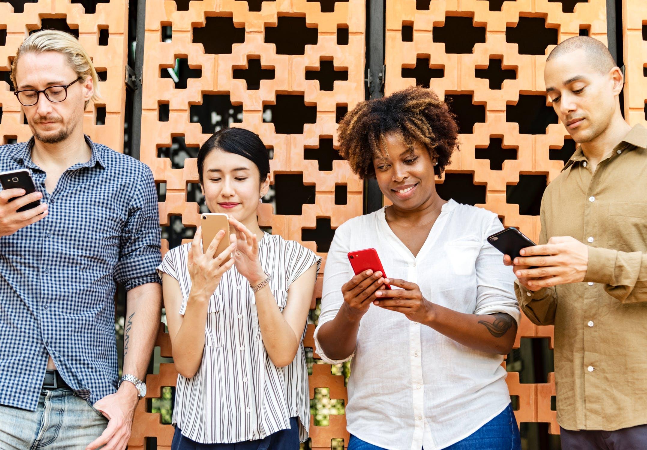 Обзор лучших смартфонов на 2 SIM-карты - четыре человека со смартфонами