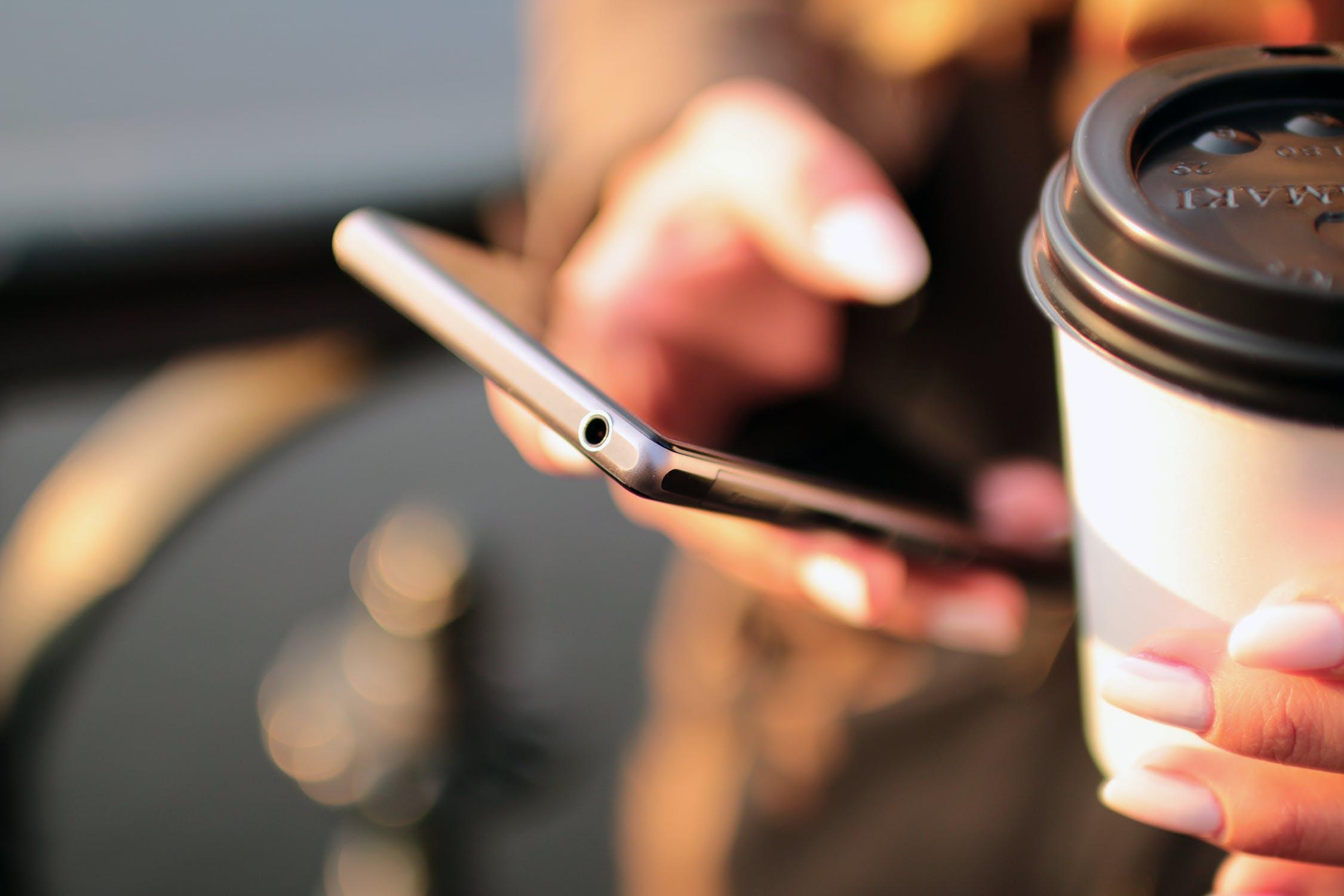 Обзор лучших смартфонов на 2 SIM-карты - смартфон и кофе