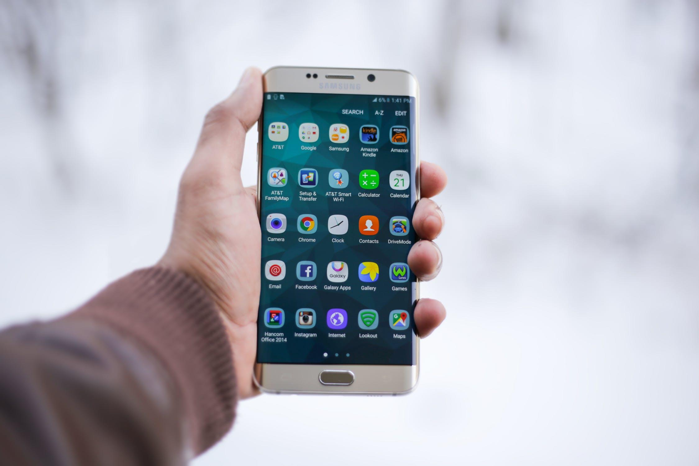 Обзор лучших смартфонов на 2 SIM-карты - смартфон в руке