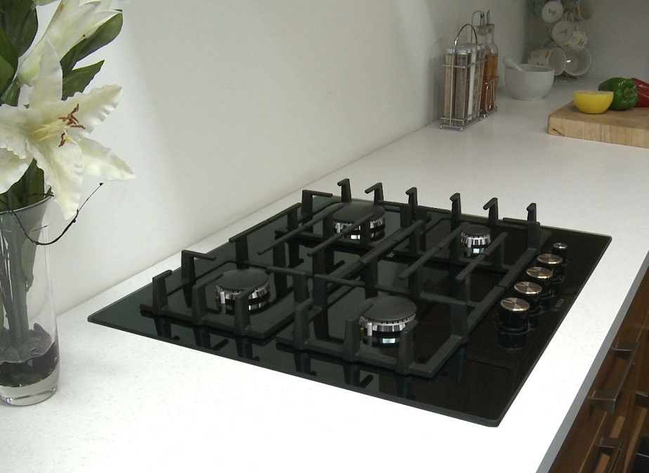 Обзор лучших варочных поверхностей из стеклокерамики - черная газовая панель