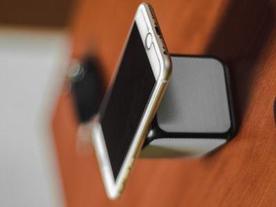 айфон на колонке
