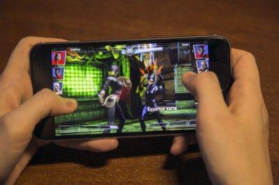 игра на смартфоне