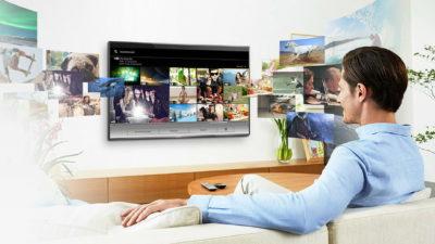 Чоловік на дивані перед телевізором