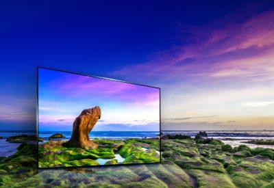 Телевізор на тлі гірських порід і моря