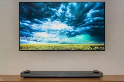 Телевизор LG - W7 толщиной 3 мм, установленный на стене