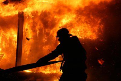 Пожарный, тушащий огонь