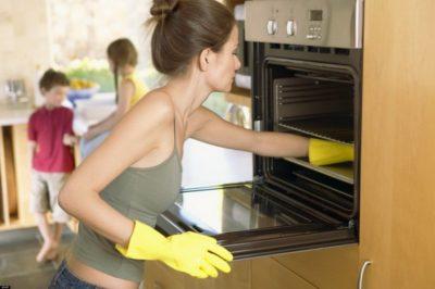 Дівчина миє духовку