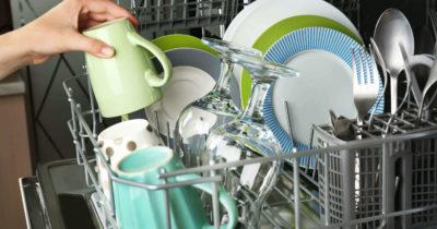 Сложенная посуда в корзине