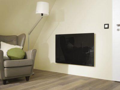 Кімната, в якій на стіні висить обігрівач